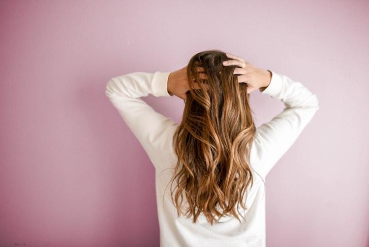 femme qui se masse le cuir chevelu