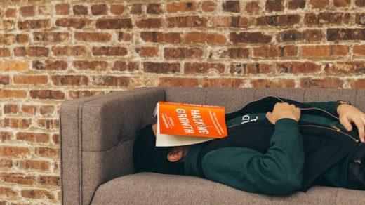 homme faisant la sieste sur un canapé