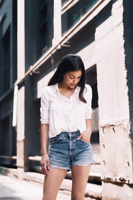 femme avec une chemise et un short en jean