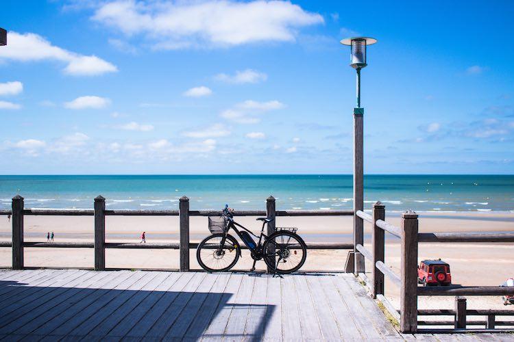vélo au bord d'une plage du nord de la France