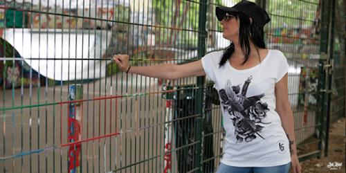femme avec un t-shirt tatouage