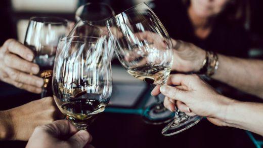 verres de vin tenus par des femmes en soirée