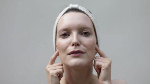 Sylvie Lefranc pratiquant le yoga du visage