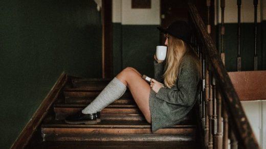 femme avec des chaussettes hautes